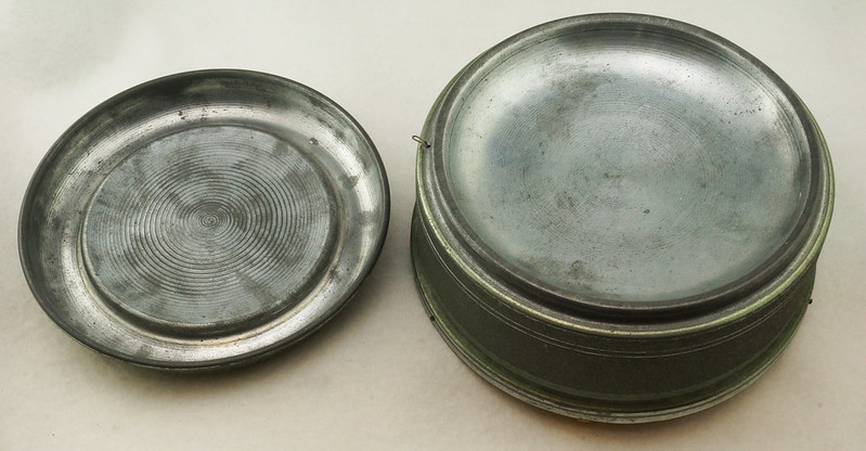 RD15027 Vintage Wind Up Music Powder Trinket Box Dutch Boy Round Aluminum DSC06799