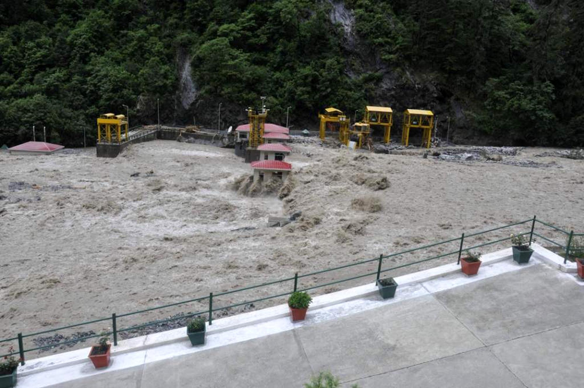विष्णुप्रयाग बांध के ऊपर से बहती अलकनंदा नदी