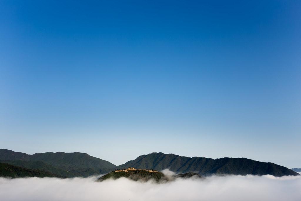 雲海に浮かぶ竹田城を遠くの側面から眺めた風景
