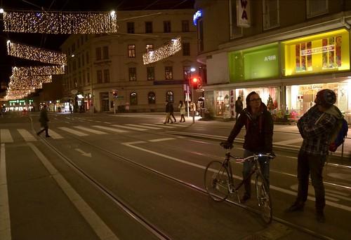Die Designer Tobias Kestel und Toni Krisper von white elephants mustern die Weihnachtsbeleuchtung in der Annenstraße