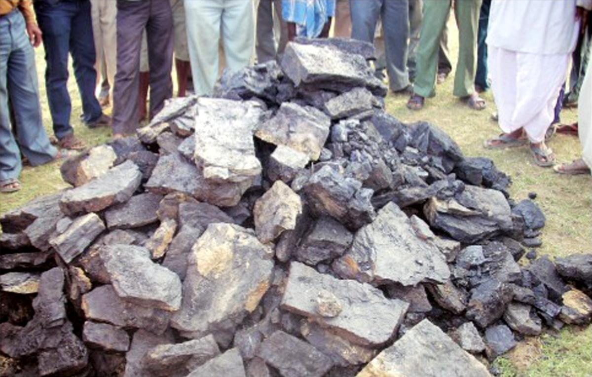 प्रतीक रूप में ग्रामीणों द्वारा निकाला गया कोयला
