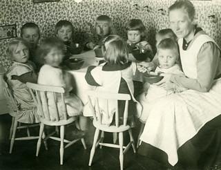 Bilde av Lautaset. lapset pojat ruokailu tytöt lautaset tilannekuvat viherkasvit lastenvaatteet ruokapöydät lastentarhat naistenpuvut ruokailuastiat lastentarhanopettajat
