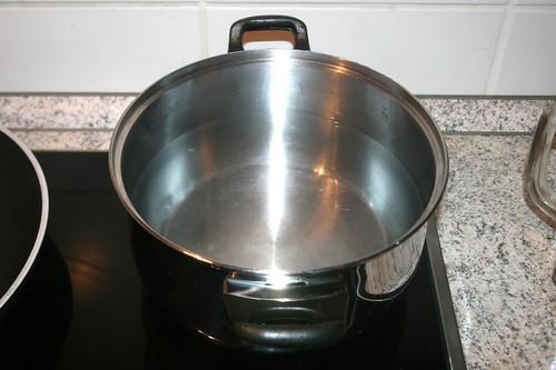 18 - Topf mit Wasser aufsetzen / Bring pot with water to boil