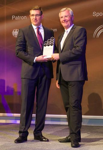 Ken Dufford, Vice-président de Crown en Europe, accepte le Prix IFOY 2014 dans la catégorie « Chariots d'entrepôt »
