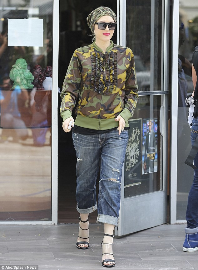 rolled-up-boyfriend-jeans-with-military-jacket, rolled up jeans, camouflage jacket, military beanie, beanie trend,camouflage green-and-brown jacket,camouflage jacket, camouflage beanie