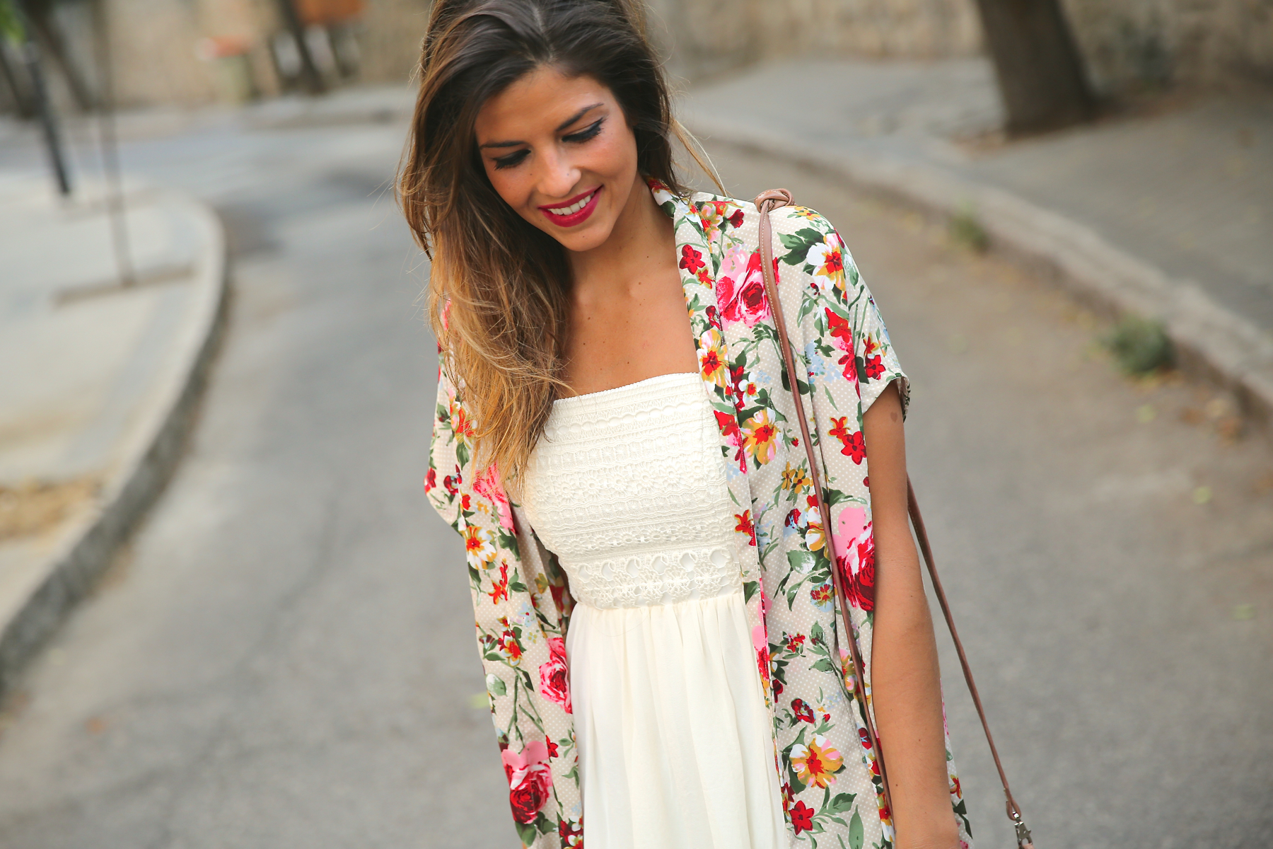 trendy_taste-look-outfit-street_style-ootd-blog-blogger-fashion_spain-moda_españa-kimono-vestido_blanco-vestido_verano-playa_beach-dress-cowboy_booties-botines_camperos-7