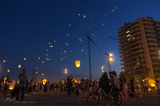 Image de Platja del Coco. barcelona blue light sunset summer sky beach festival night canon fire eos flying is crowd catalonia canals lantern usm jordi efs badalona aerostatic 450d 1585mm payà