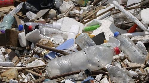 根據聯合國環境規劃署(United Nations Environment Programme (UNEP))的估計,八成以上落腳於海洋中的塑膠跟廢棄物皆來自陸地。圖片來源:Doug Woodring