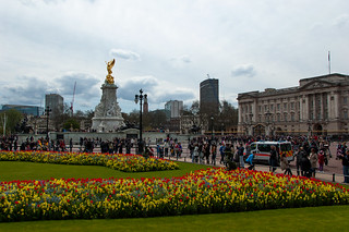 Parterre de fleurs et Victoria Memorial devant Buckingham Palace