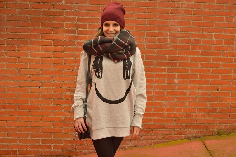 lara-vazquez-madlula-headphones-smilet-burgundy-beanie-tartan-foulard-outfit