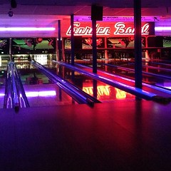 team sport(0.0), nightclub(0.0), individual sports(1.0), sports(1.0), ball game(1.0), ten-pin bowling(1.0), bowling(1.0),