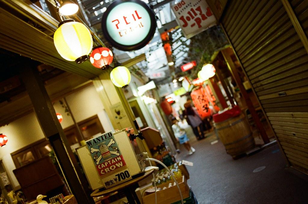 吉祥寺 Tokyo, Japan / Kodak ColorPlus / Nikon FM2 想要喝生啤酒,那時候真的很想買一杯帶著喝。  平平穩穩的畫面有的時候太單調,我就會故意這樣轉動到這個角度構圖。  Nikon FM2 Nikon AI AF Nikkor 35mm F/2D Kodak ColorPlus ISO200 0995-0012 2015/10/01 Photo by Toomore