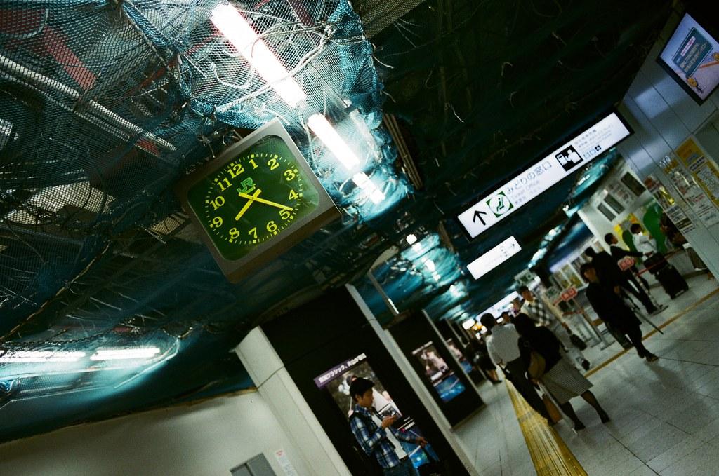 """東京駅 Tokyo, Japan / AGFA VISTAPlus / Nikon FM2 """"看得到的時間"""" 但,下一刻就是過去式了。  所以回到相似的空間,卻不可能回到相對的時間。  一切又這樣的回到原點,不斷的迴圈。  Nikon FM2 Nikon AI AF Nikkor 35mm F/2D AGFA VISTAPlus ISO400 0996-0015 2015/10/01 Photo by Toomore"""