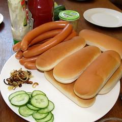 weisswurst(0.0), meal(1.0), sausage(1.0), breakfast(1.0), frankfurter wã¼rstchen(1.0), vienna sausage(1.0), food(1.0), dish(1.0), cuisine(1.0), kielbasa(1.0), bratwurst(1.0), hot dog(1.0),