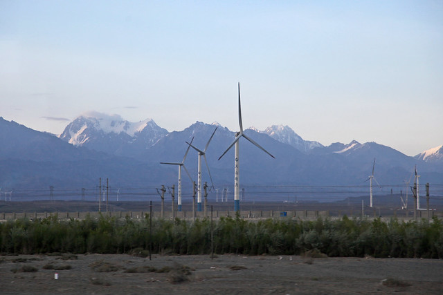 Wind power generators and Tian Shan mountains トルファン〜ウルムチ間の風力発電機