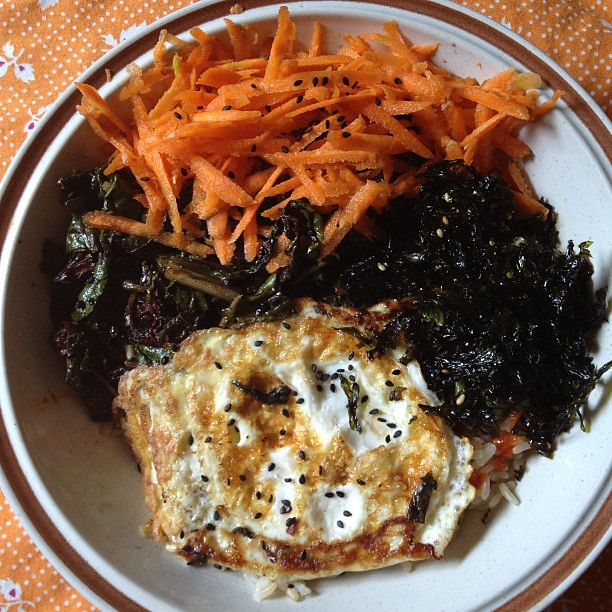 Lunchtime: roast chard and amaranth, raw carrot, toasted nori, and a fried @jbgorganic egg. #vegetarian #veggies #food