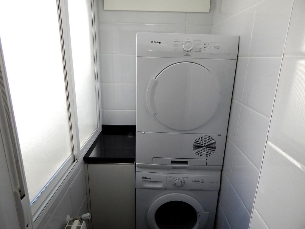 Muebles de cocina especialistas en dise o sin tiradores for Mueble columna lavadora secadora