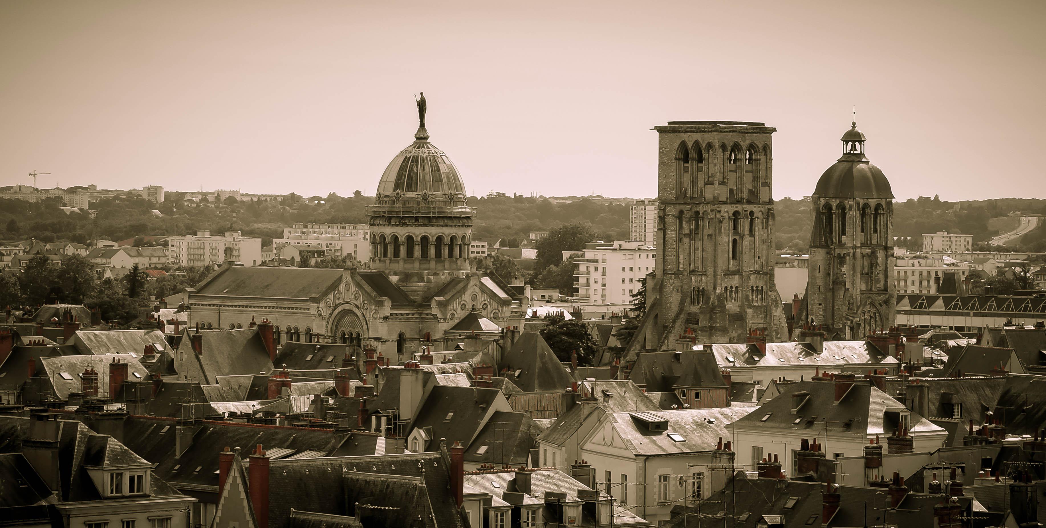 Az egykori katedrális tornya és az új bazilika a városban