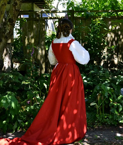 16th century kirtle on MorganDonner.com