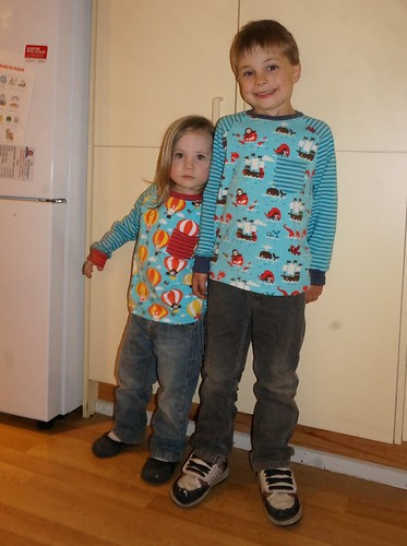 Noah & Amélie in their Lillestoff Raglan tees