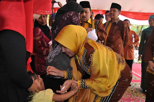 Pemberian imunisasi oleh ibu bupati