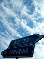 A sinistra Camerino, a destra la SS 67... e in alto?