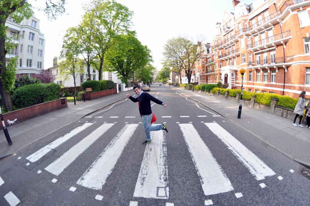 Cruzando la famosa calle Abbey Rd que The Beatles hicieron grande abbey road - 11756686753 845aeaaa46 o - Abbey Road de Londres, el paso de peatones más famoso