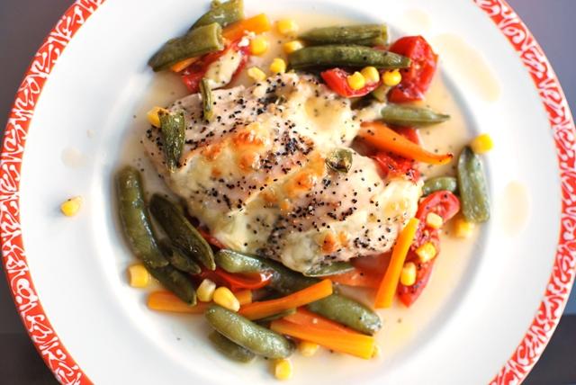 Dampfgegarte Hühnerbrust mit Mozzarella und Gemüse