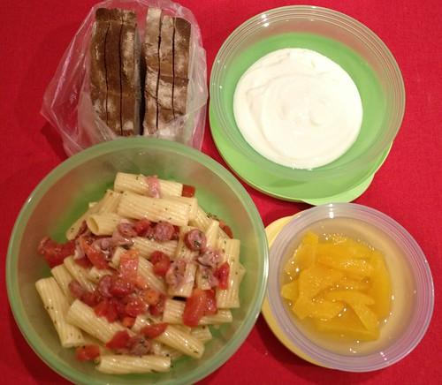 Stattkantine 30. Januar 2013 -Nudelsalat, selbstgebackenes Brot, Orangenfilets, Joghurt