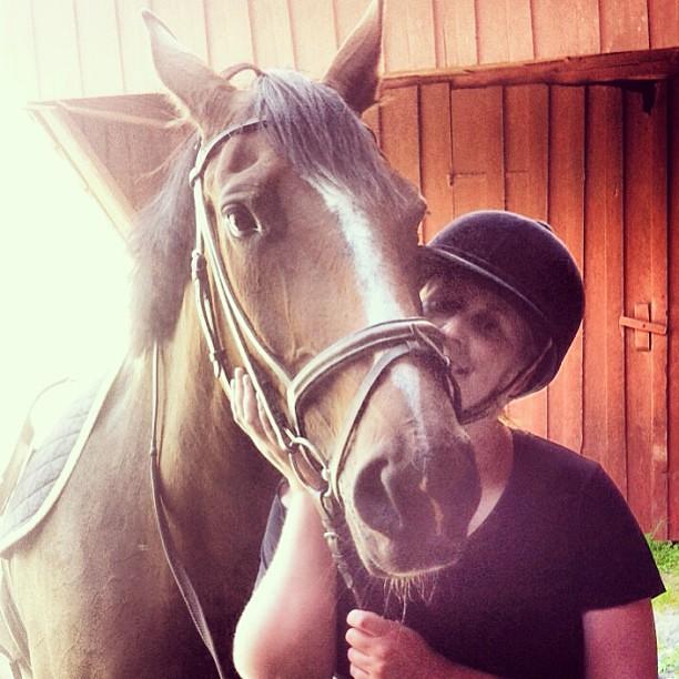 Min nya kärlek; Zally. Hon bar runt mig så fint i skogen och jag var fånlycklig. Mvh, wannabehästtjejen.
