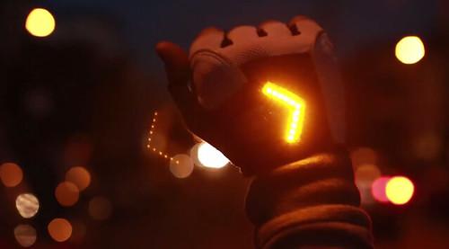 Zackees – перчатки со светодиодным курсоуказателем для байкеров