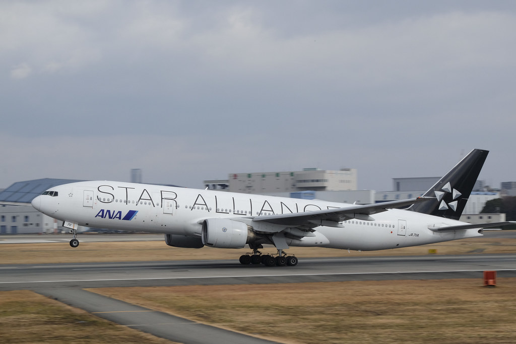 "Itami Airport 2013.12.27 (24) JA711A / ANA's B777-200 with ""STAR ALLIANCE"" logo"
