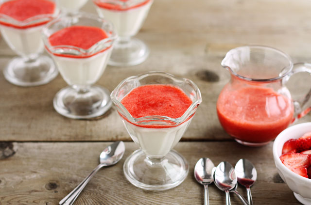panna-cotta-with-strawberry-coulis
