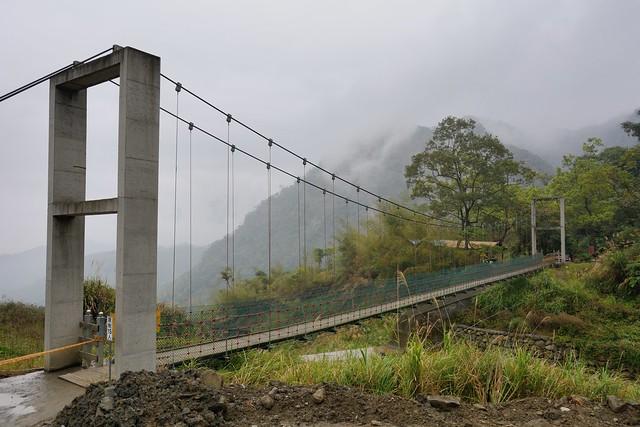 通往瀑布的吊橋