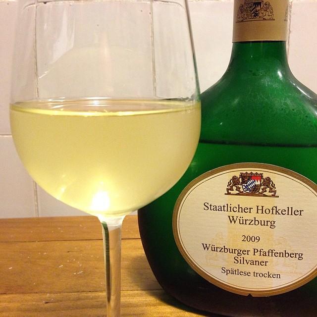Blogger lieben Silvaner und Spargel. In der Not geht der Silvaner auch pur zum Artikel schreiben. 2009 Würzburgwr Pfaffenberg Silvaner Spätlese trocken. Jetzt trinkreif. Tolle Aromen.