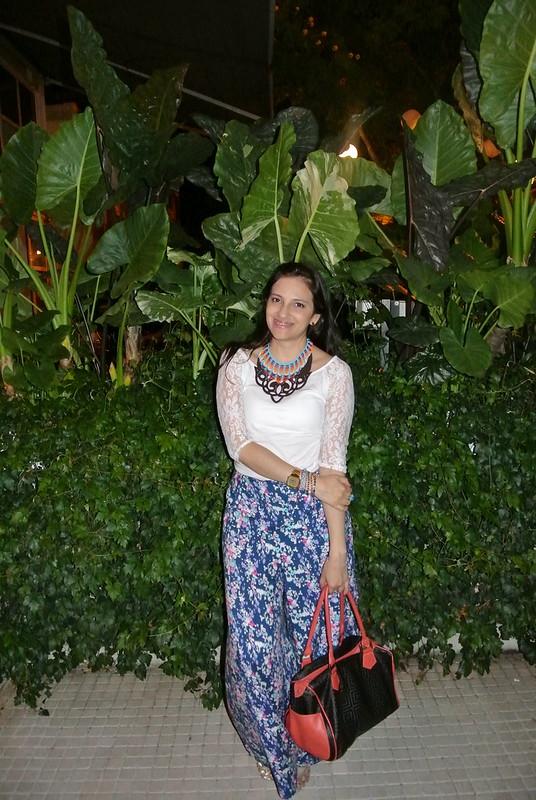 look con pantalones palazzo en estampado floral , blusa con mangas de encaje y collar étnico en jfashion.c