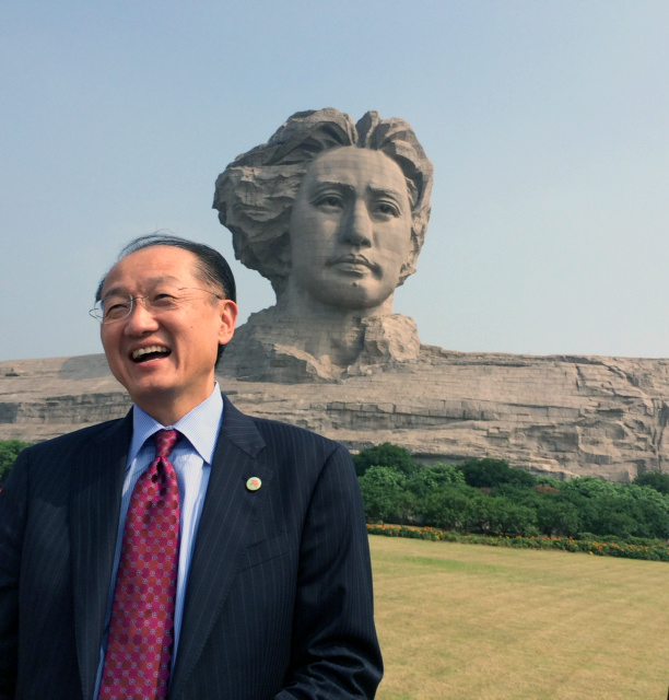 Jim Yong Kim at a statue of the late Chairman Mao