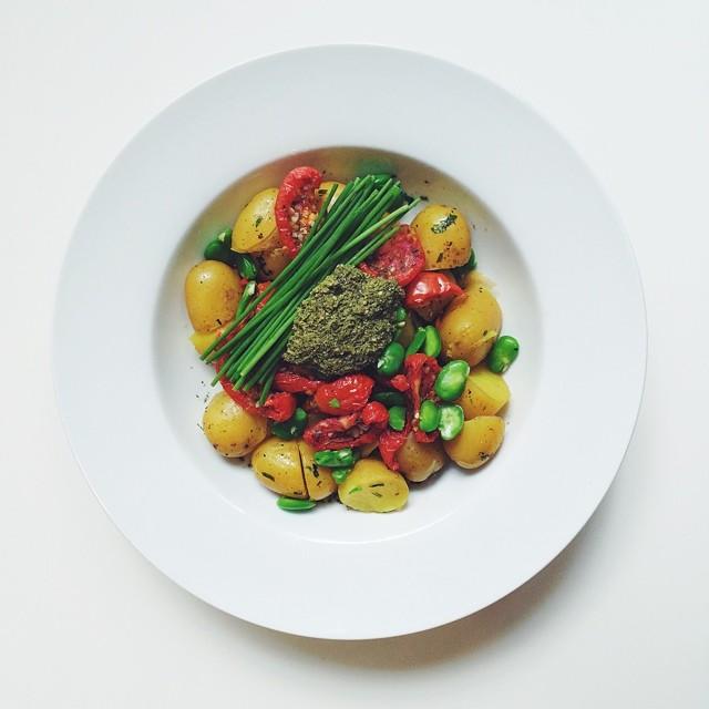 Broad beans week, vegan salad. Boiled broad beans, steamed new potatoes, sun dried tomatoes, vegan pesto, chives, extra Virgin olive oil. #vegan #salad #vegetarian  #happydesksalad #desklunch #desk #veg #veganfood #veganshare #cleaneat #eatclean #nutriti