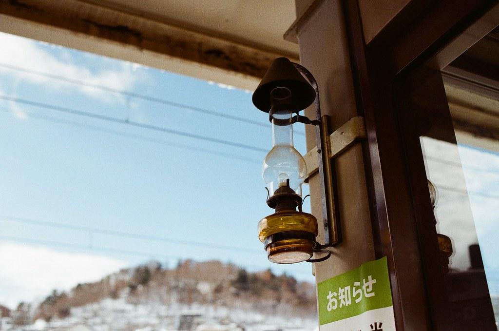 小樽駅 Otaru, Japan / Kodak ColorPlus / Nikon FM2 是煤油燈造型的燈具,雖然看起來裡面是燈泡,但還是很特別。  晚上整個月台應該會很漂亮!  Nikon FM2 Nikon AI AF Nikkor 35mm F/2D Kodak ColorPlus ISO200 8268-0028 2016/02/02 Photo by Toomore