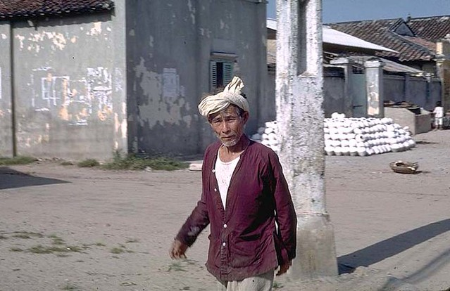 An afternoon in Phan Thiet 1968 - Photos by Ed Blanco - Viet in red shirt - Ông già áo đỏ