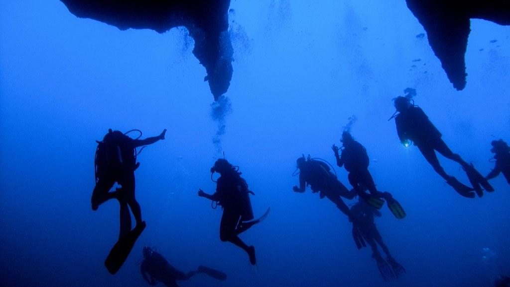 グレートブルーホールをダイビングする人々