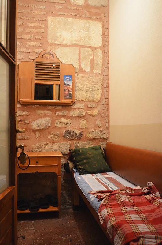 Vestuario donde te cambias la ropa en el hamman Çemberlitas de Estambul, con un banquito, mesita y percha