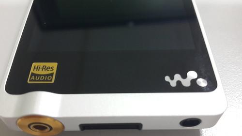 สติ๊กเกอร์บอกว่ารองรับ Hi-Res Audio และโลโก้ Walkman ก็เป็นไมโครโฟนในตัว