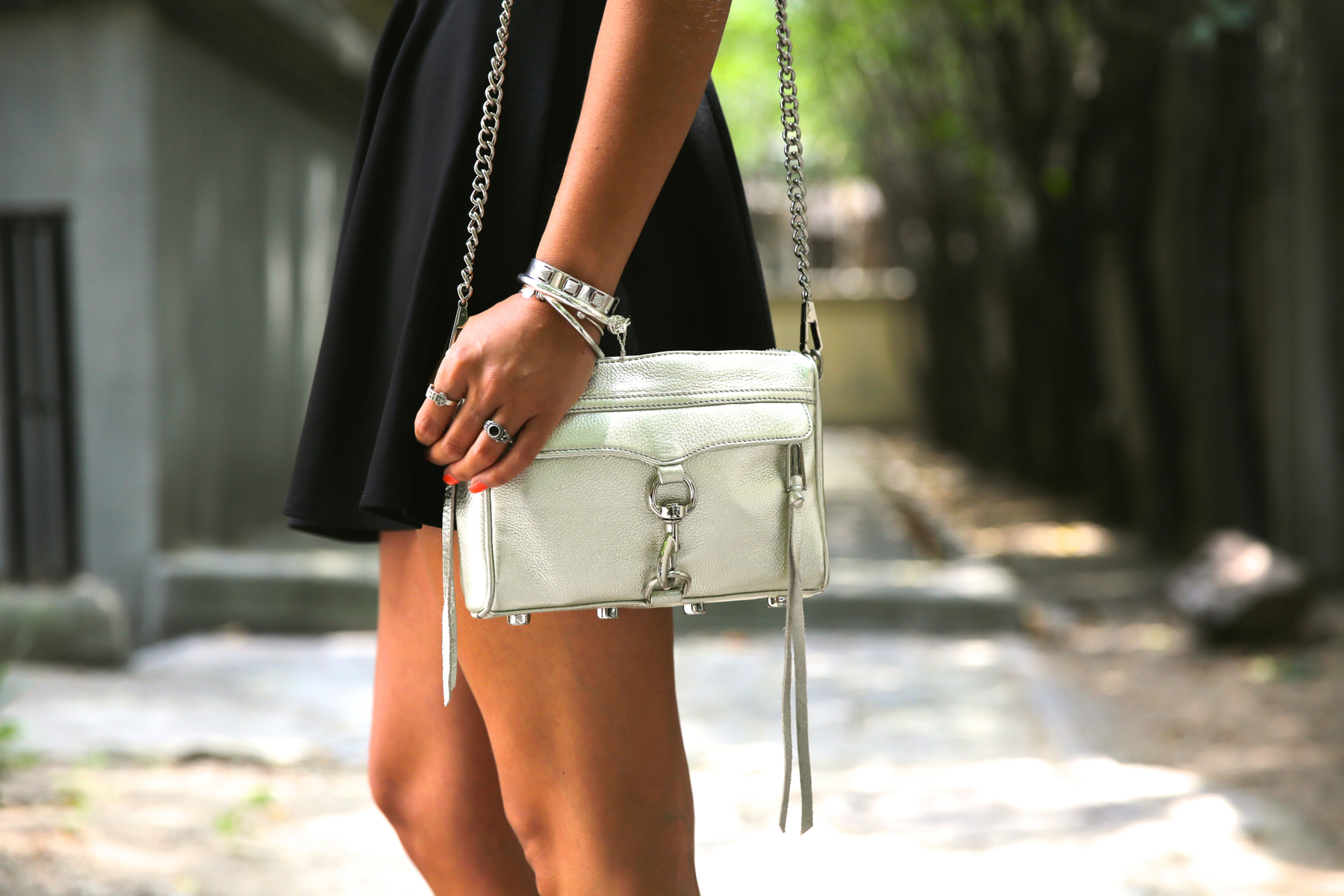 trendy_taste-look-outfit-street_style-ootd-blog-blogger-fashion_spain-moda_españa-natalia_cabezas-rocky-botas_moteras-steve_madden-silver_bag-bolso_plata-transition-vestido_rayas-striped_dress-3
