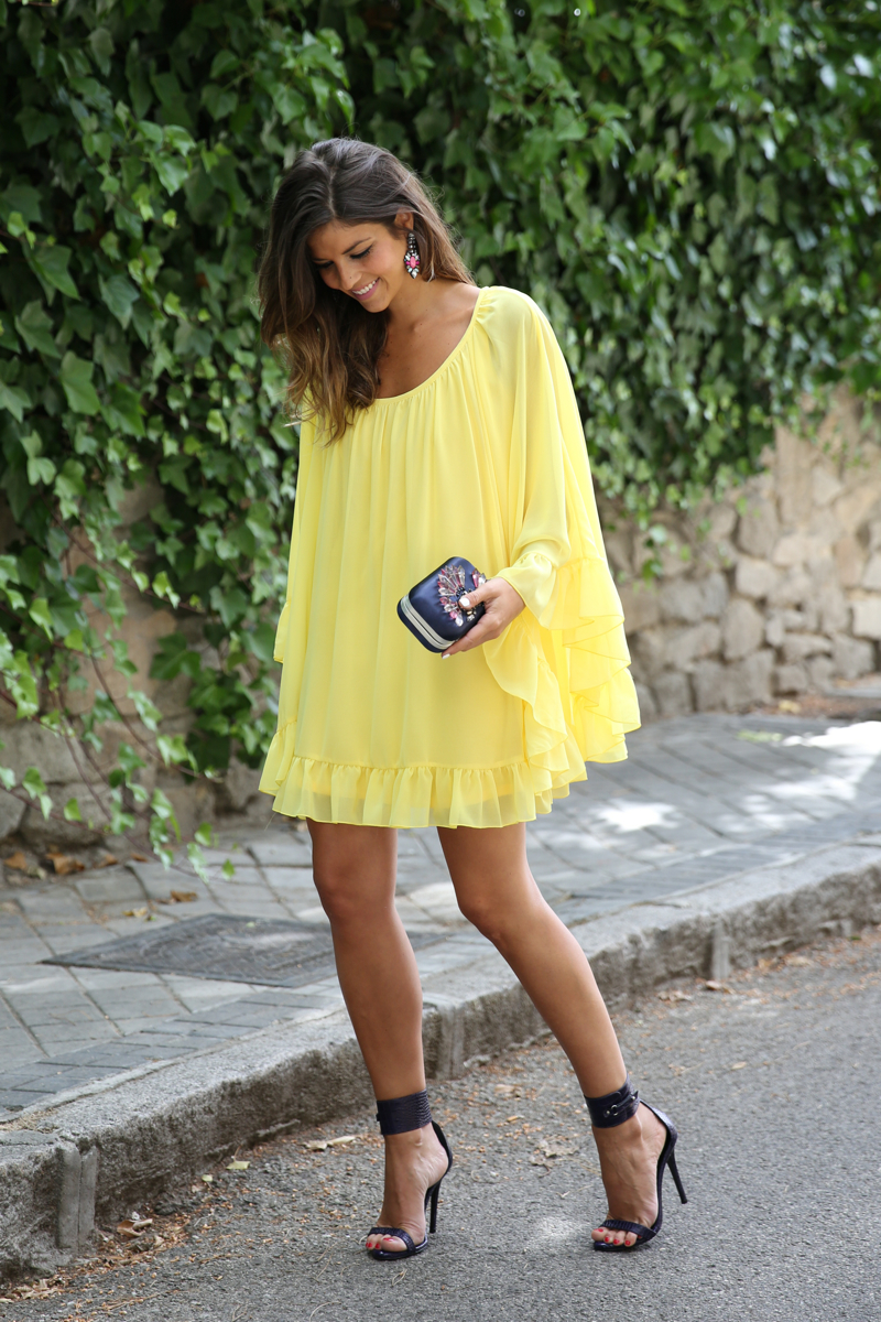 trendy_taste-look-outfit-street_style-ootd-blogger-blog-fashion_spain-moda_españa-yellow_dress-vestido_amarillo-boda-wedding-evento-clutch_pedreria-mas34-sandalias_azules-blue_sandals-10
