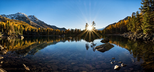 lagodisaoseo graubünden switzerland grisons laghdisaoseo lake see bergsee berge sonne sonnenuntergang sunset nikon d7200 nikkor 1024mm wideangle wide angle weitwinkel panoramic panorama mountains gelb orange green blue rays stern sonnenstern sunrays sunlight beam lächen lärche larch reflection spiegelung valdacamp poschiavo swiss suisse trees tree wood stone snow