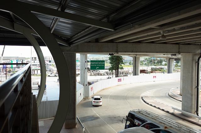 <p>3階駐車場からの通路で空港の2階につながってます。</p>
