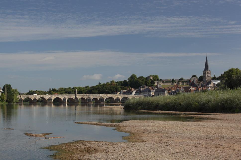 Espectacular puente de piedra en La Charité sur Loire. Autor, Akial
