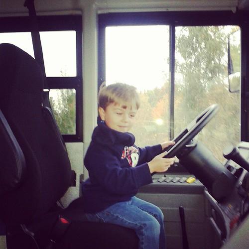 Sortie au musée et premier tour d'autobus. Le sympathique chauffeur à offert à Éliot de s'installer au volant. by Crée Caro !