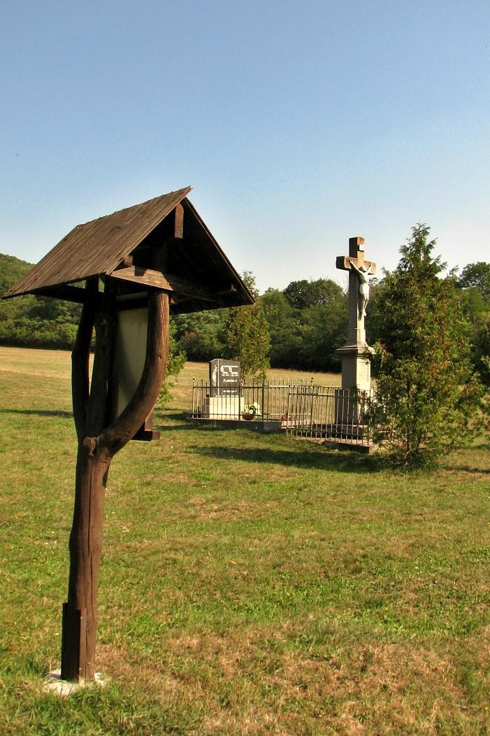 Kríž pri ceste do D. Strhár